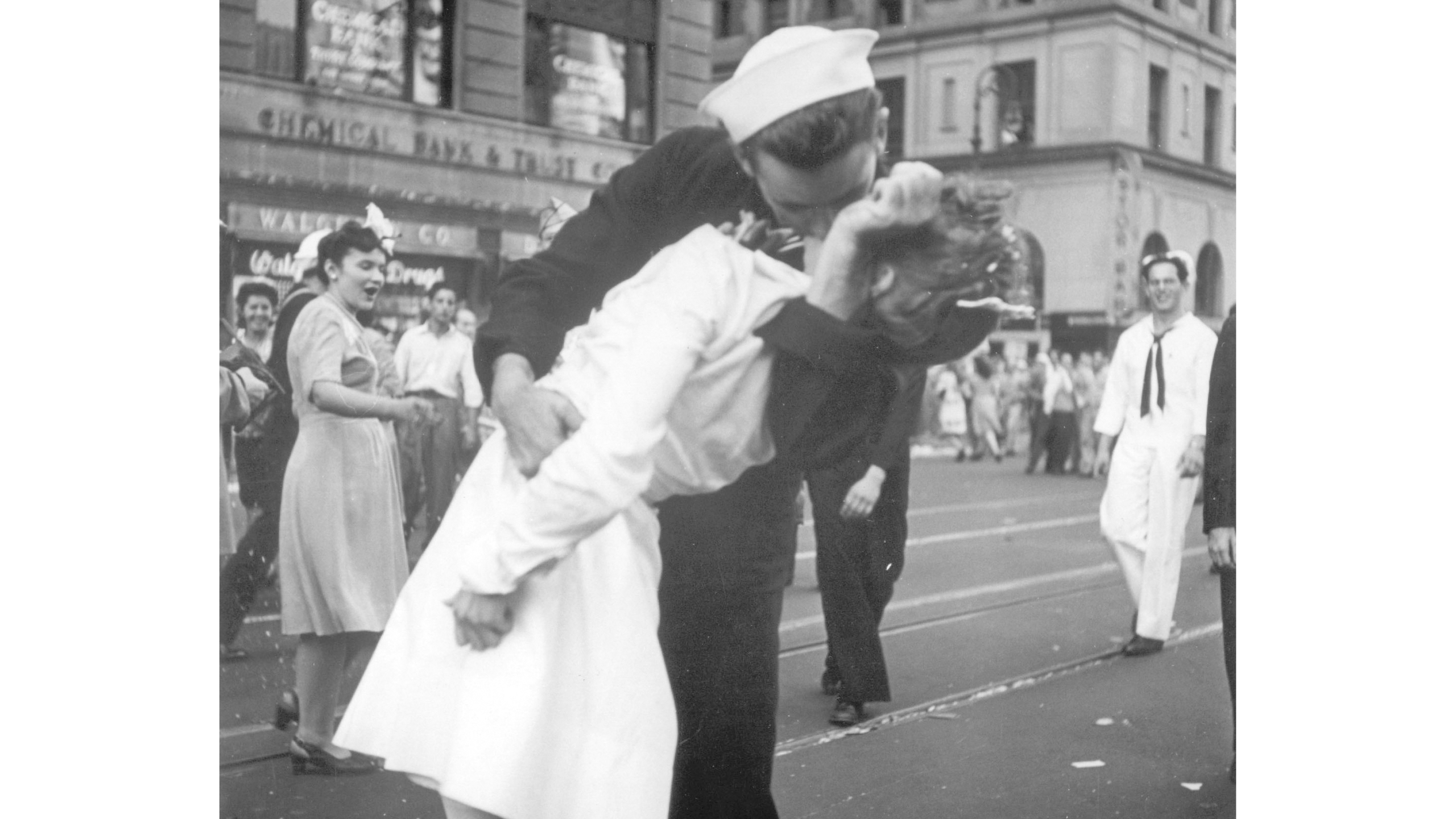 Obit WWII Kissing Sailor Photo_1550505292610