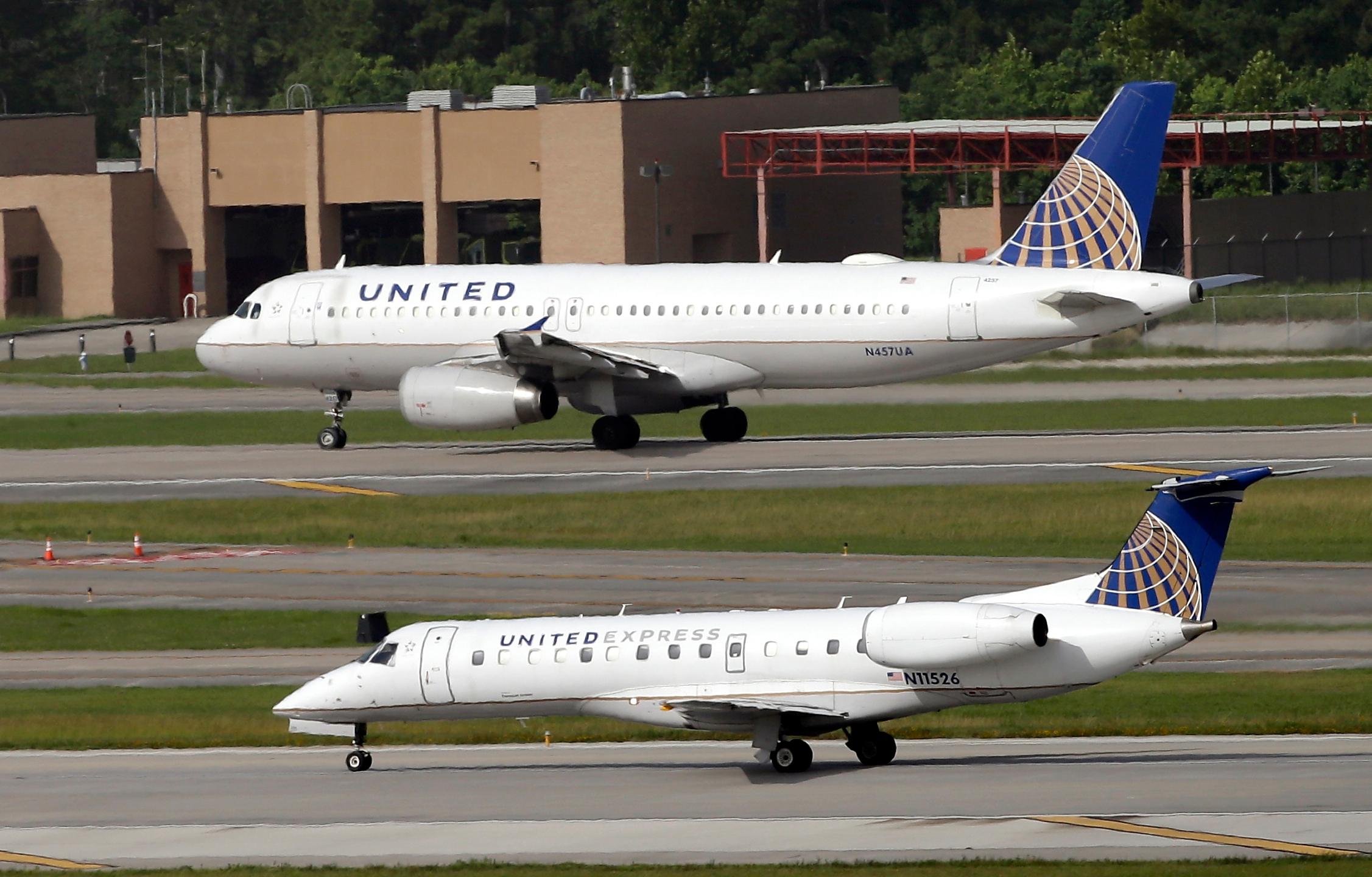 United Airlines to lay off 100 in Houston, outsource jobs