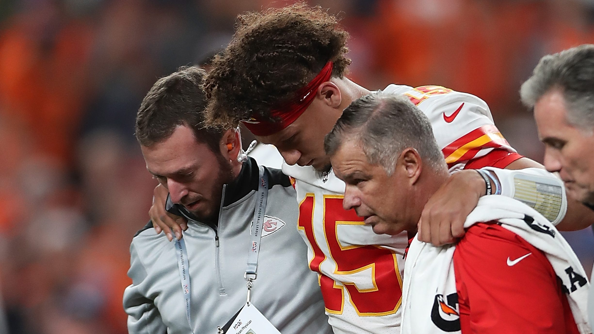 Chiefs Patrick Mahomes Injures Right Knee Against Broncos