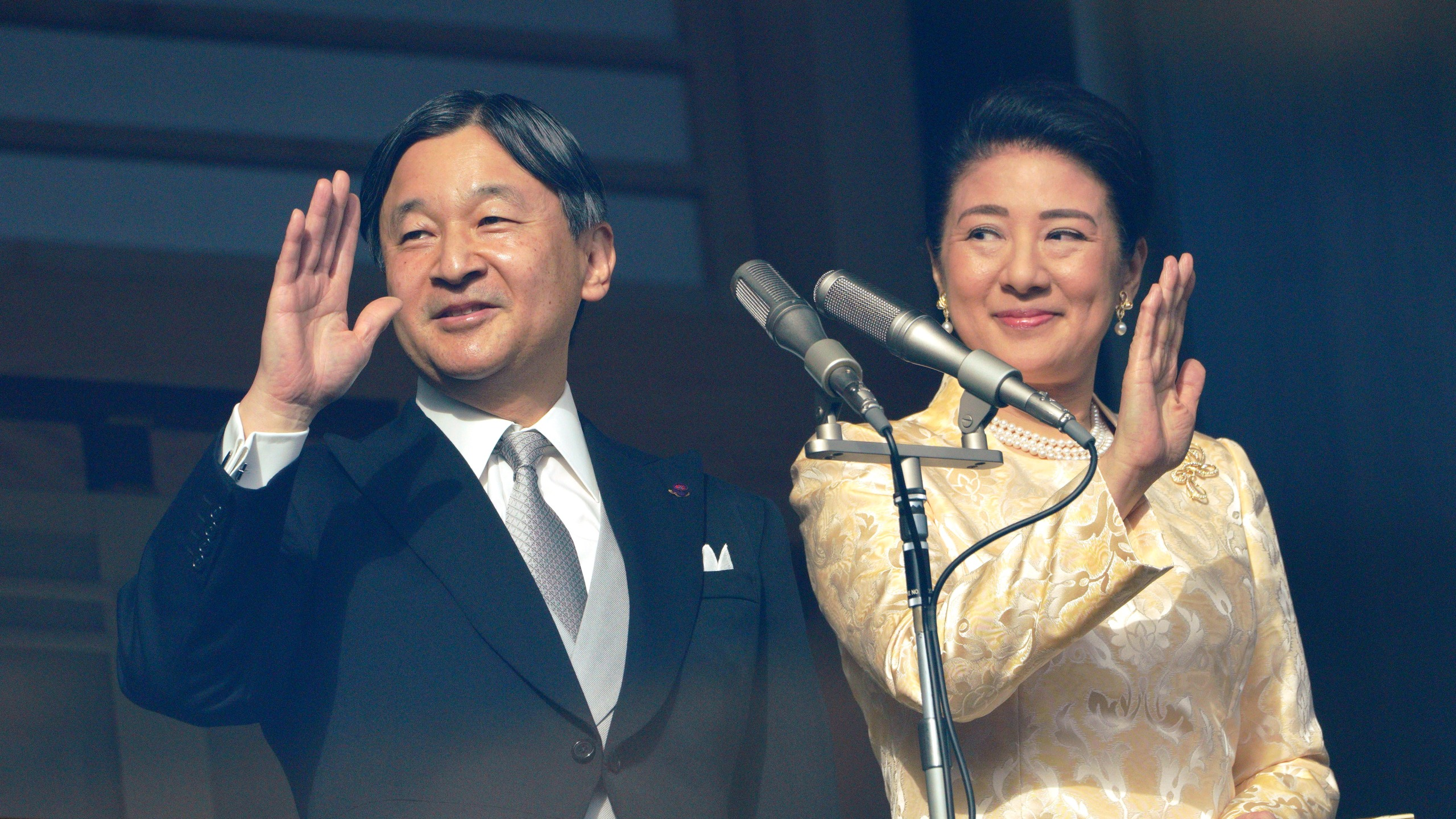 Japan's emperor waves to crowds in 1st New Year's greeting ...