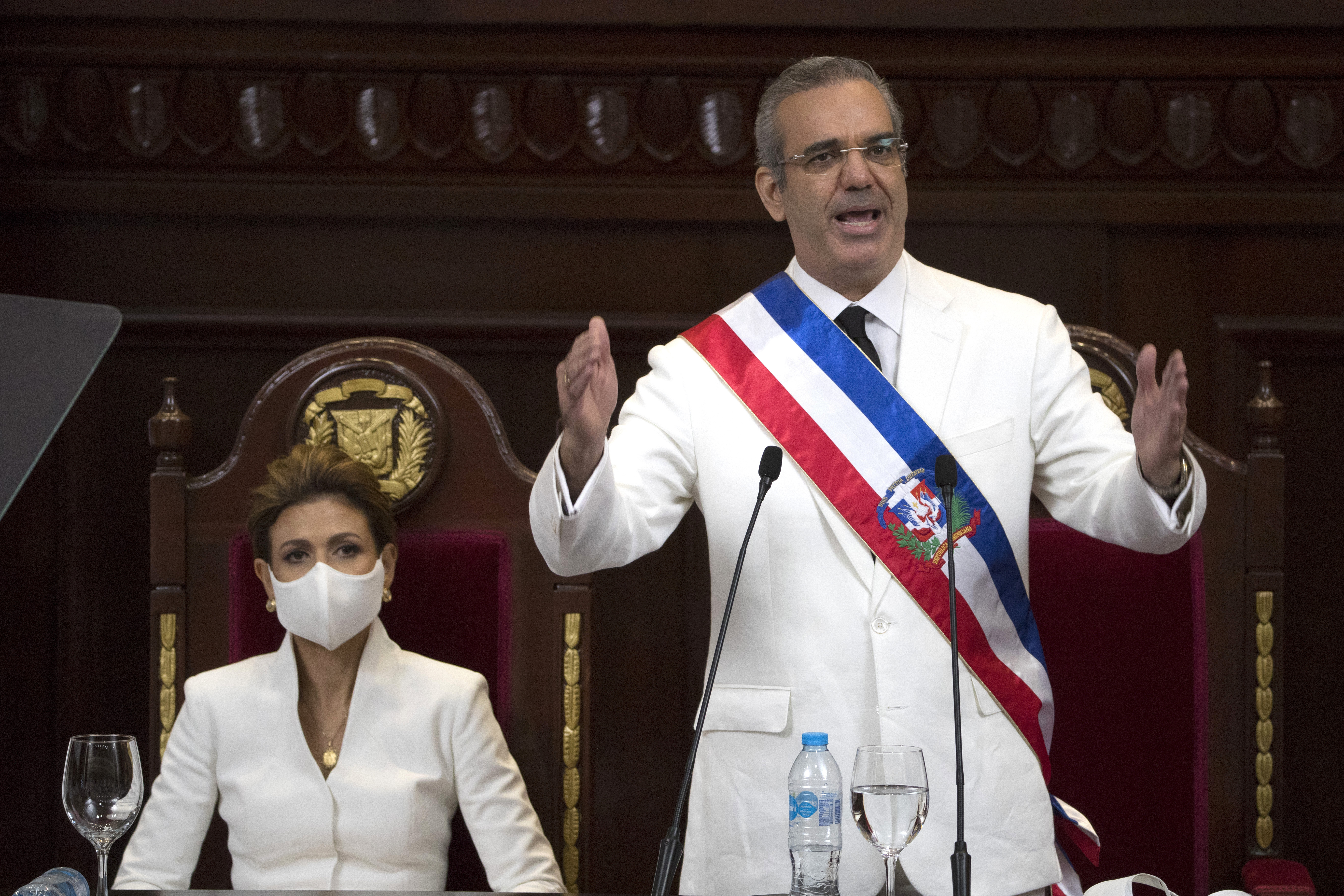 Luis Abinader sworn in as Dominican leader; Pompeo attends – KLBK ...